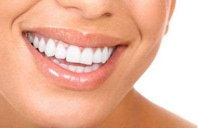 Les dents et les gencives doivent recevoir des soins spécifiques pour éviter des pathologies douloureuses. © Kurhan, Fotolia