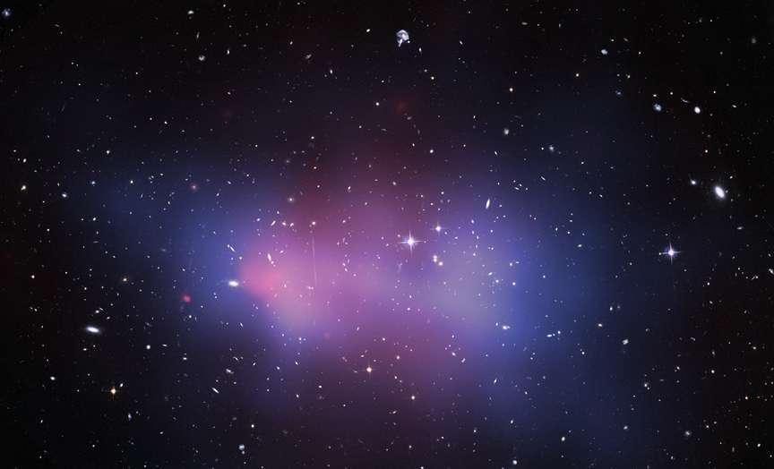 Image composite de ACT-CL J0102-4915, un superamas de galaxies surnommé El Gordo, créée à partir des données collectées par Hubble et Chandra. Les régions teintées en bleu représentent la distribution de la matière noire en son sein, et celles colorées en rose délimitent les gaz très chauds répandus dans ce supercontinent de galaxies. Avec une masse globale désormais estimée à trois millions de milliards de masses solaires (3.000 fois la Voie lactée), El Gordo est le superamas de galaxies le plus massif connu situé dans une région lointaine (sept milliards d'années-lumière), lorsque l'univers n'avait encore que la moitié de son âge actuel, qui est de 13,8 milliards d'années. © Nasa, Esa, Hubble, Chandra