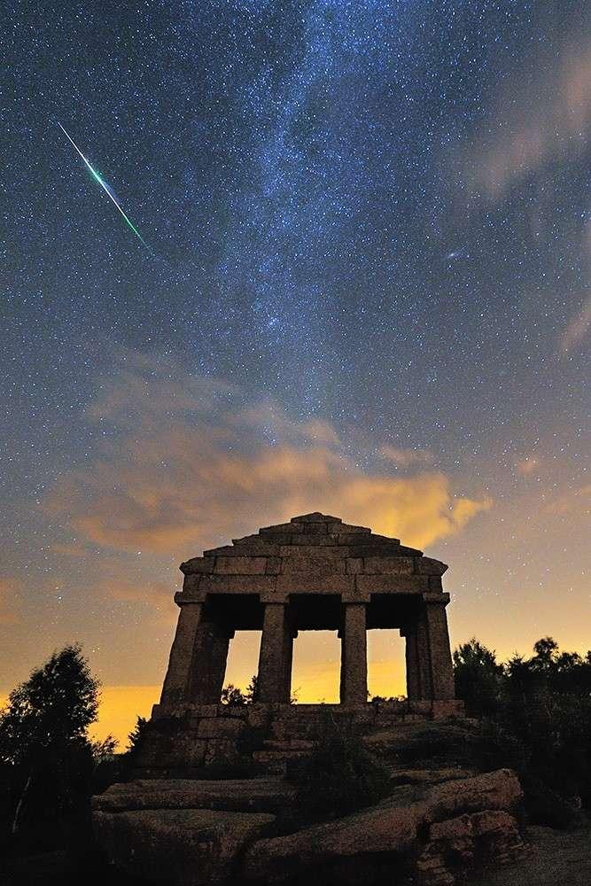 Passage d'une brillante Perséide pendant l'été 2010 au-dessus du temple du Dono. © S. Vetter (www.nuitsacrees.fr)