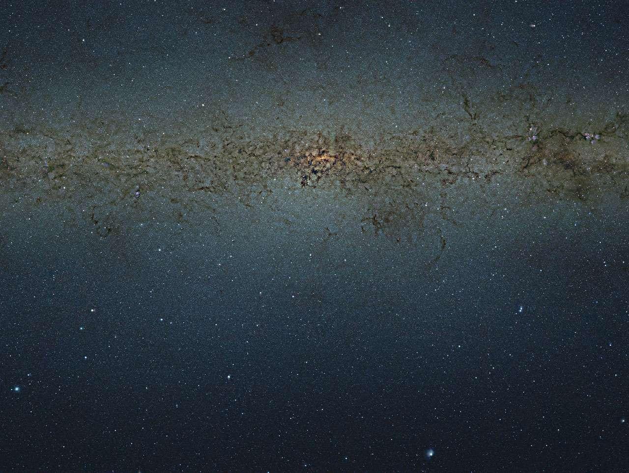 Cette vue surprenante des zones centrales de la Voie lactée a été obtenue grâce au sondage effectué à l'aide du télescope Vista situé à l'Observatoire du Paranal au Chili. Cette gigantesque image de 108.200 par 81.500 pixels contient 8,8183 milliards de pixels. Elle a été créée à partir de milliers d'images individuelles prises par Vista au travers de trois filtres infrarouges différents. © ESO