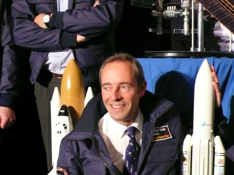 Jean-François Clervoy à côté de la maquette de la fusée Ariane V. © Futura-Sciences