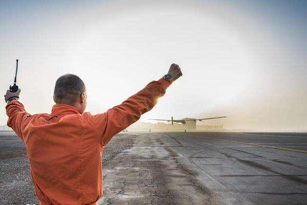 Le pilote Bertrand Piccard assiste au décollage de l'avion solaire SI2 de l'aéroport d'Al-Bateen, à Abou Dhabi. Son collègue André Borschberg est aux manettes. © Solar Impulse
