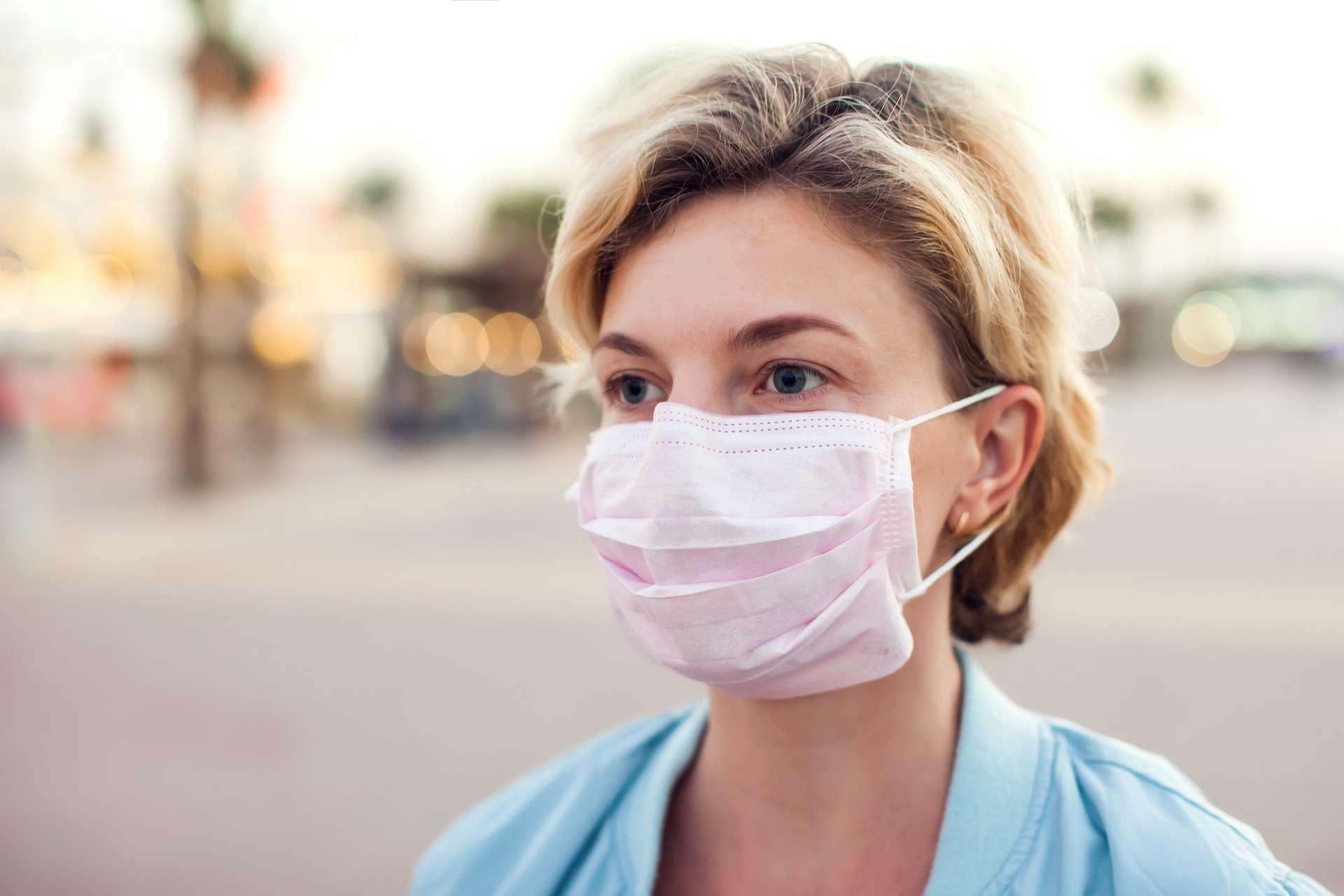 Masques en coton et masques chirurgicaux ne filtrent pas efficacement les microgouttelettes pouvant contenir le virus SRAS-CoV-2. © Aleksej, Adobe Stock