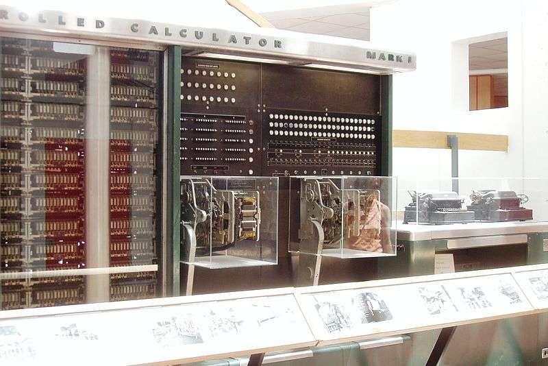 Une vue de la partie droite du Mark I conçu par IBM en 1937 et considéré comme l'un des premiers ordinateurs numériques. © Topory CC by-sa 3.0