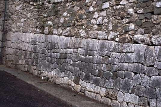 Le soubassement d'un mur de soutènement dans la montée du château à Nice. © Christian Lassure, CC BY-SA 3.0, Wikimedia Commons