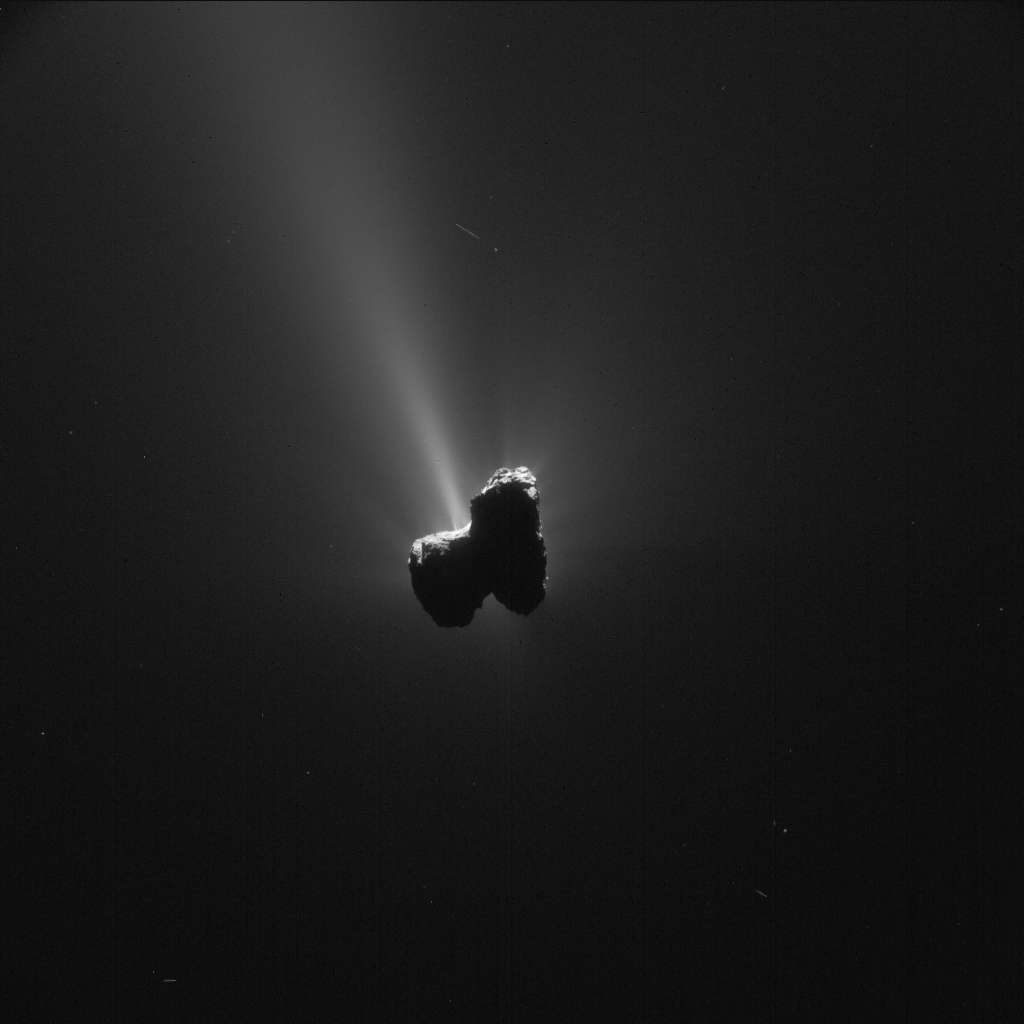 Afin de ne pas se désorienter en confondant les grains de poussière éjectés avec des étoiles, la sonde Rosetta navigue depuis plusieurs semaines à plus de 300 km du noyau bilobé de la comète 67P/Churyumov-Gerasimenko alias Tchouri. Cette image a été prise par la caméra de navigation le 11 septembre 2015, presque un mois après le périhélie, à 319 km du centre de l'astre. © Esa, Rosetta, NavCam, CC by-sa igo 3.0