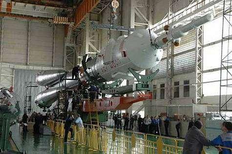 Toujours impressionnant, le lanceur Soyouz paraît encore plus immense dans son hangar que sur son aire de lancement.