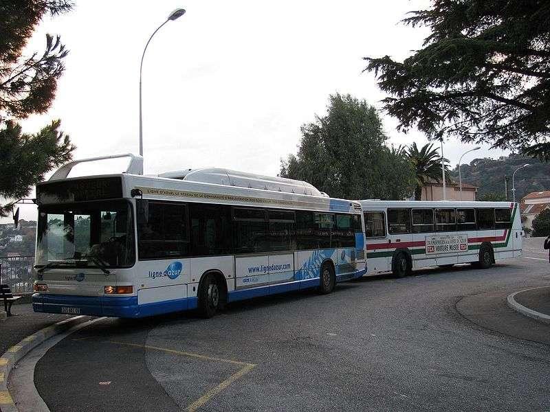Un bus roulant au GNV (à gauche). Bien que les compositions du GNV et du biogaz soient proches, seul le biogaz est une énergie renouvelable. © Punx, cc by sa