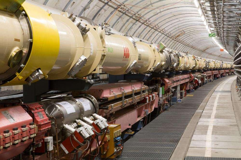 De 1992 jusqu'à sa fermeture en juin 2007, l'accélérateur HERA (Hadron-Elektron-Ring-Anlage) était le premier et le seul collisionneur électrons-protons dans le monde. D'une circonférence de 6,3 km, il permettait des collisions de protons d'énergie 920 GeV et des électrons (ou des positrons) de 27,5 GeV. © Deutsches Elektronen-Synchrotron