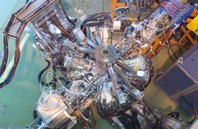 Isolde est une section du Cern dédiée à la production de faisceaux de noyaux radioactifs utilisés pour un certain nombre d'applications couvrant la physique nucléaire, atomique, moléculaire et à l'état solide, mais aussi la biophysique et l'astrophysique. La grande variété de noyaux disponibles permet l'étude systématique des propriétés atomiques et nucléaires. On voit ici un détecteur de rayons gamma utilisé dans les expériences sur les noyaux exotiques. © Cern