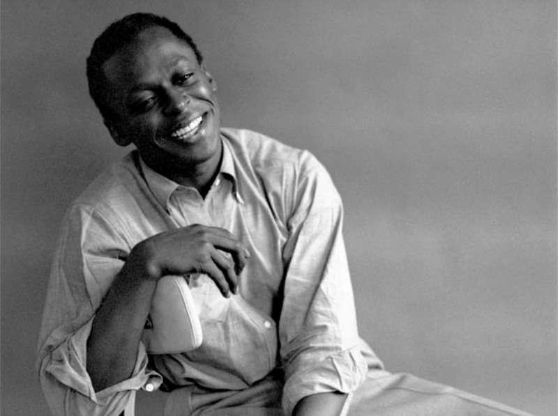 Miles Dewey Davis III (1926-1991) était un compositeur et un trompettiste de jazz américain de renom. Cherchait-il à calmer des douleurs en jouant sa musique ? © Palumbo, Wikipédia, CC BY-SA 2.0