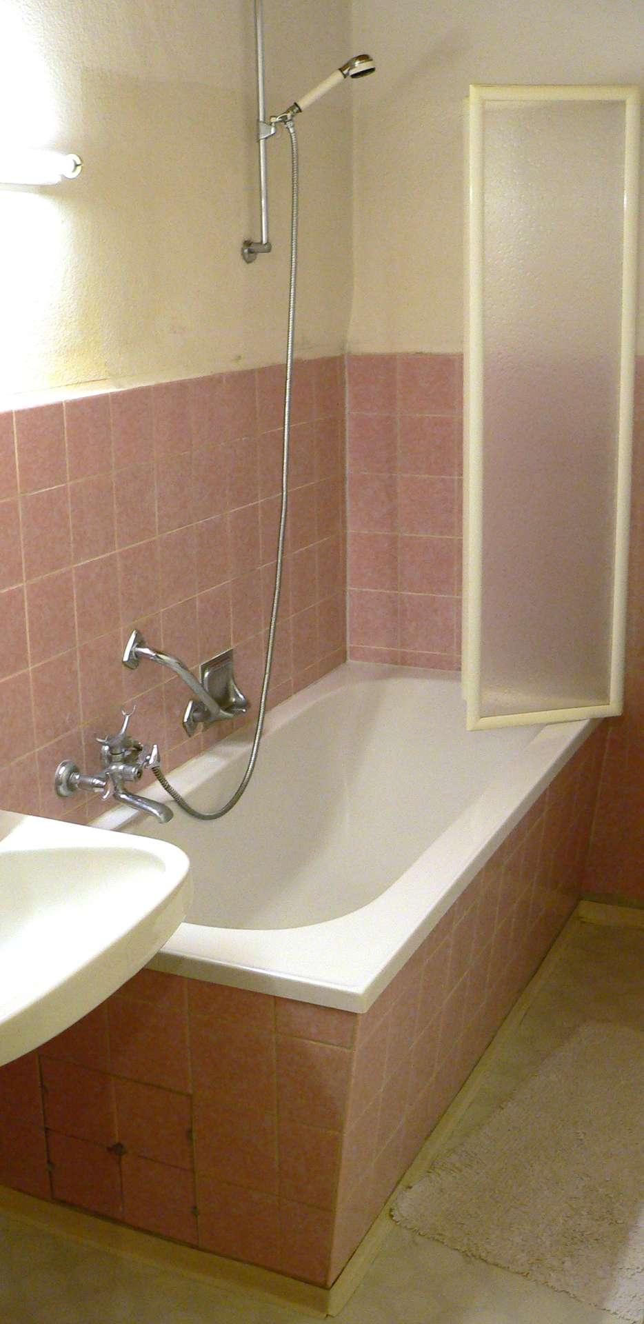 Une baignoire moderne allie confort et esthétique, s'intégrant harmonieusement à une salle de bain. © Frank C. Müller, CC BY-SA 2.5, Wikimedia Commons