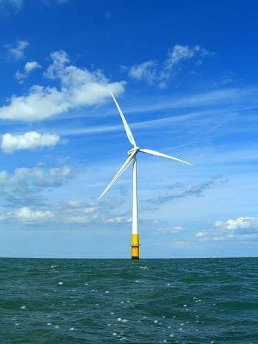Les éoliennes offshore présentent l'avantage de ne pas impacter les paysages à terre. © phault, cc by