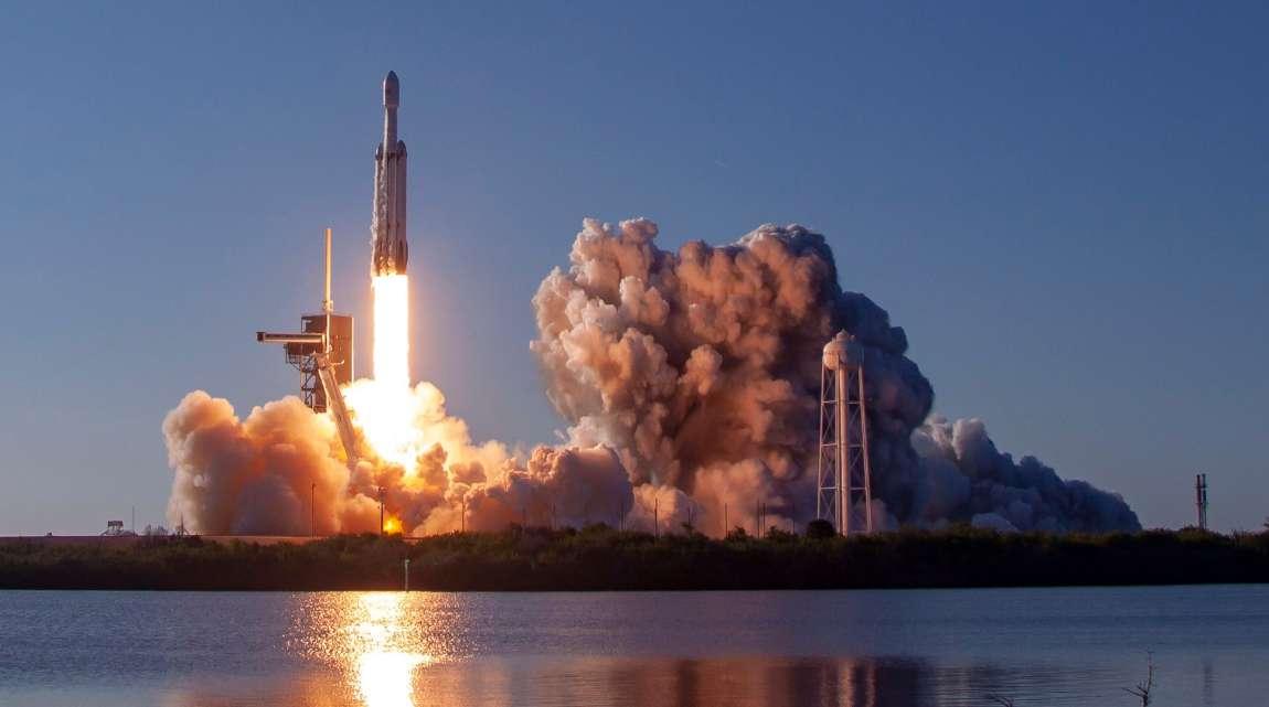 Décollage du Falcon Heavy depuis le Centre spatial Kennedy, en Floride, pour son premier vol commercial le 11 avril 2019 à 18 h 35, heure locale, soit minuit passé pour la France. © SpaceX