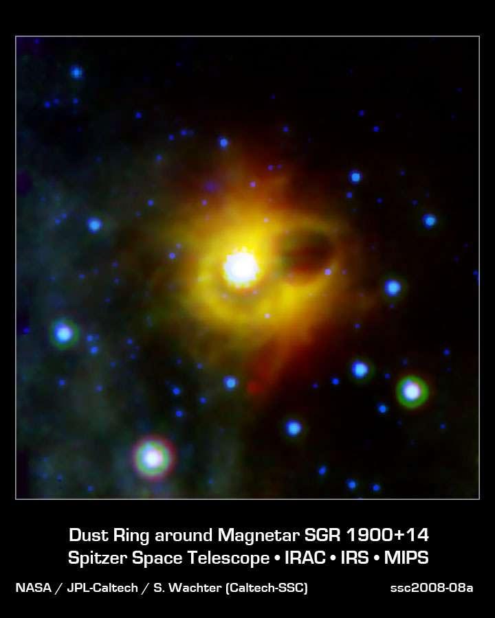 Le magnétar n'est pas visible sur cette image en IR. Il est au centre de l'anneau entourant la région sombre. La zone brillante au centre est un amas de jeunes étoiles.