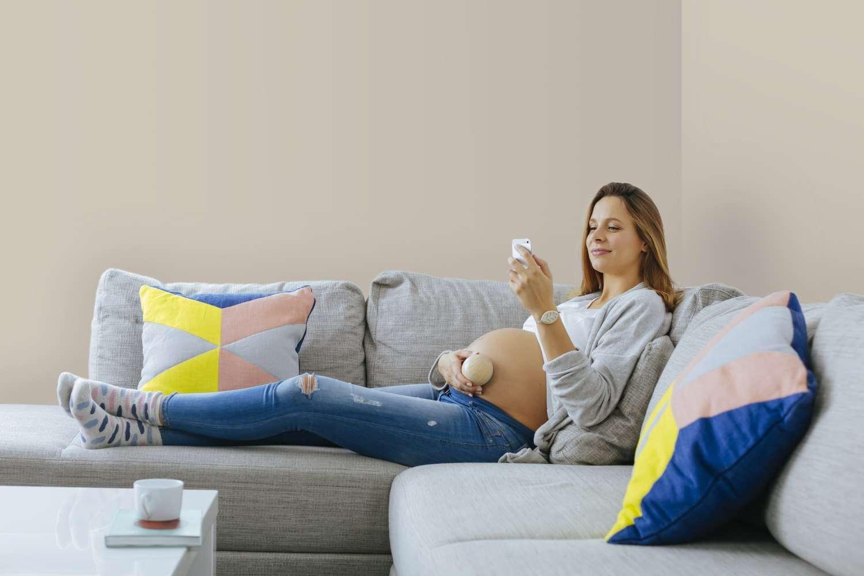 On peut écouter et enregistrer le cœur de son bébé avec le moniteur Shell de Bellabeat et même lui faire entendre une musique douce. © Bellabeat