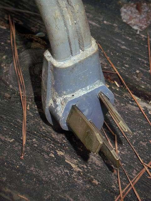 La corrosion et les dépôts qui s'accumulent sur les vieilles prises sont à l'origine d'une augmentation des courants de fuite. © Bill Shirley CC by-nc-nd 2.0