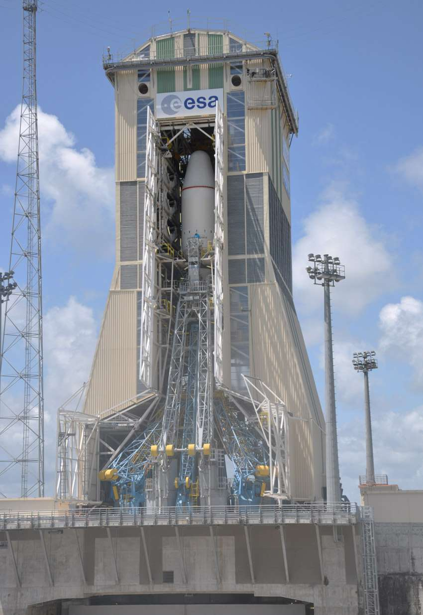 Ne vous y trompez pas, bien qu'il soit prêt à décoller, ce lanceur Soyouz restera cloué au sol. Il est uniquement utilisé pour simuler une campagne de lancement qui s'achèvera le 5 mai avec un faux décollage. © Esa/Cnes/Arianespace/Service optique du CSG