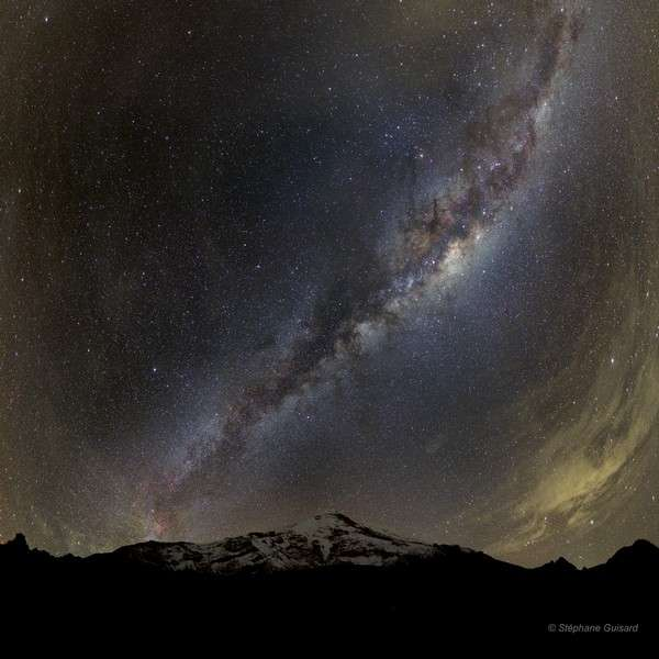Cette image exceptionnelle de la Voie lactée a été réalisée à 5.000 mètres d'altitude, face au volcan Chimborazo. Crédit Stéphane Guisard/www.astrosurf.com, avec l'autorisation de l'auteur
