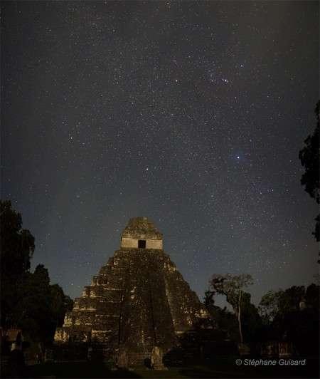 Ciel étoilé au-dessus du temple du Grand Jaguar, sur le site maya de Tikal, au Guatemala. © Stéphane Guisard/IDAEH-Tikal