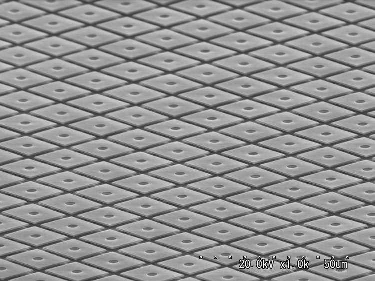 Un pavage de miroirs, vu en microscopie électronique. Chacun mesure 16 microns de côté. Leur fabrication repose sur les mêmes procédés que la gravure de puces électroniques. © Nikon