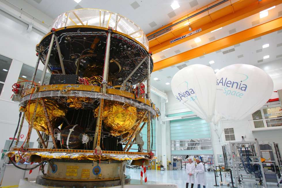 Construits en France par Thales Alenia Space, à la tête d'un consortium de plus de 50 sous-traitants basés dans 13 pays d'Europe, les satellites Meteosat sont exploités par Eumetsat et font partie du système mondial d'observation de l'atmosphère terrestre, mis en place par l'Organisation météorologique mondiale. © Thales Alenia Space