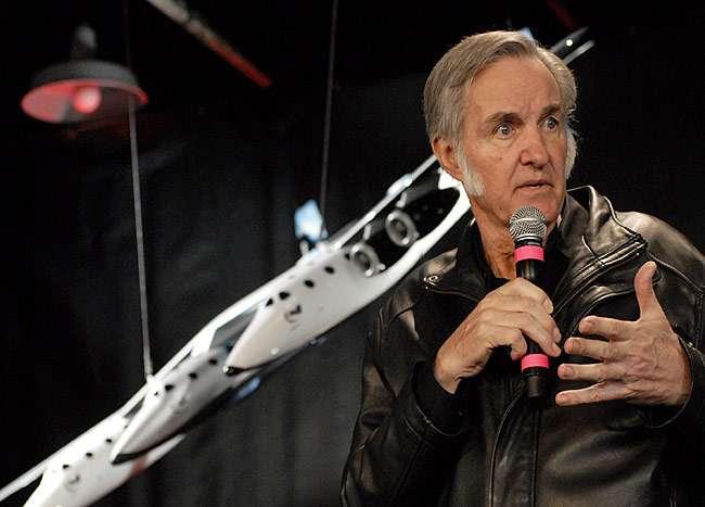 Burt Rutan, créateur d'avions, présente SpaceShip Two. Crédit : Virgin Galactic