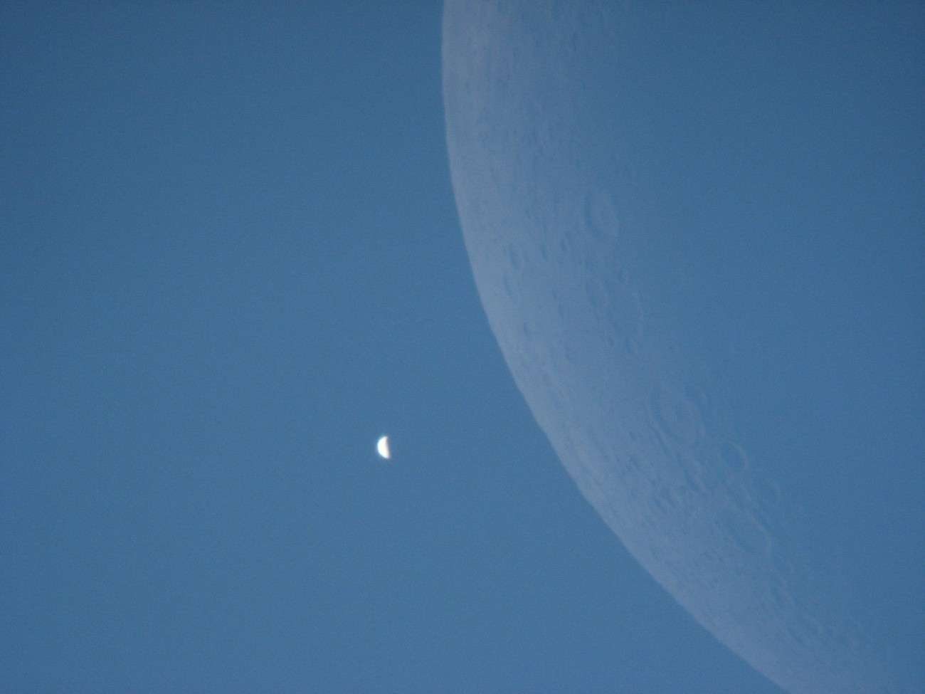 Le croissant de Vénus photographié en plein jour le 18 juin 2007 après son passage derrière la Lune. © Christophe Guesdon/Collège Léo Drouyn