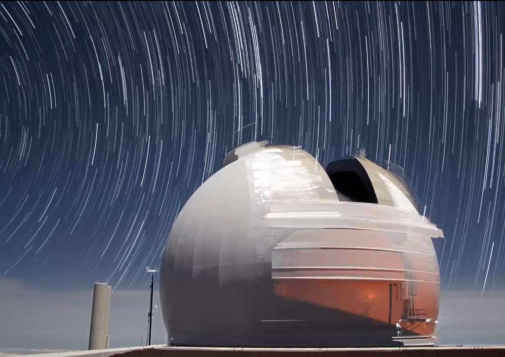La coupole de l'un des télescopes Keck sous les étoiles. © A. Cooper