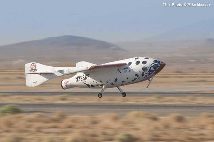 Octobre 2004 : retour sur Terre du SpaceShipOne après sa brève incursion dans l'espace, à quelque 100 km d'altitude. Un vol qui lui a permis de remporter l'Ansari X Prize. Depuis cette date, aucun avion spatial privé n'a réédité cette performance. © Mike Masee