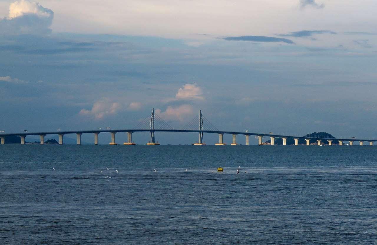 Le pont HZMB (Hong Kong-Zhuhai-Macau Bridge) est devenu le plus long pont maritime du monde. Il mesure 55 km de long. Il a été réalisé dans le cadre de l'initiative Greater Bay Area visant à connecter les villes du sud de la Chine, 11 au total, dont Zhuhai, Macao et Hong Kong. © N509FZ, Wikimedia Commons, CC By-SA 4.0