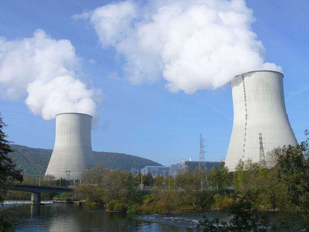La France compte 58 réacteurs nucléaires produisant de l'électricité dans dix-neuf centrales nucléaires. À l'image, la centrale nucléaire de Chooz située à la frontière avec la Belgique. © MOSSOT, Wikipédia, GNU 1.2