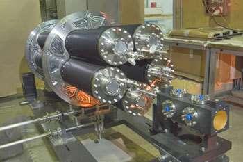 La cible du projet CNGS consiste en une serie de cylindres en graphite de 10cm de long distribués sur 2m de longueur. Elle a été créée pour donner un taux maximal de particules secondaires et de cette manière de neutrinos. Crédits : CERN