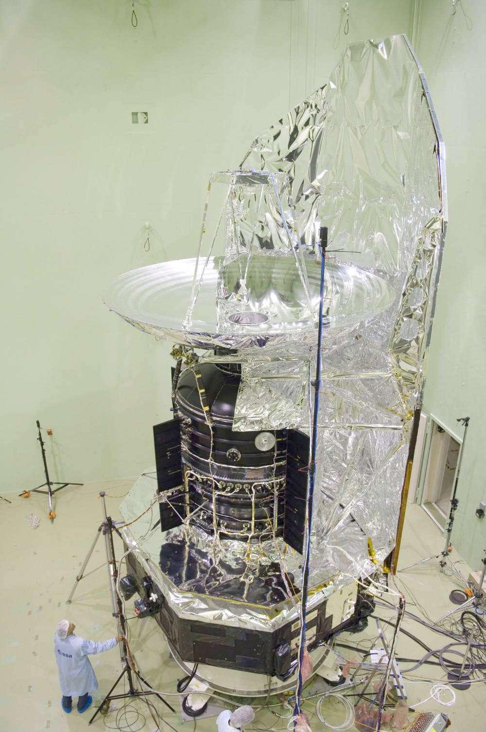 Préparation du satellite Herschel aux tests acoustiques à l'Estec, le centre technique de l'Agence spatiale européenne. © Esa