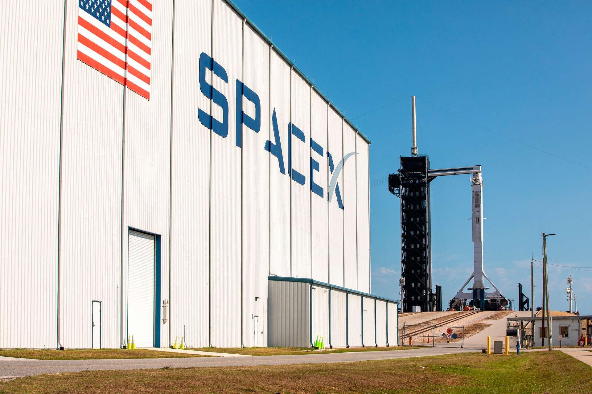 Transfert sur son pas de tir du Centre spatial Kennedy du Falcon 9 et du Crew Dragon de SpaceX. © Nasa, Kim Shiflett