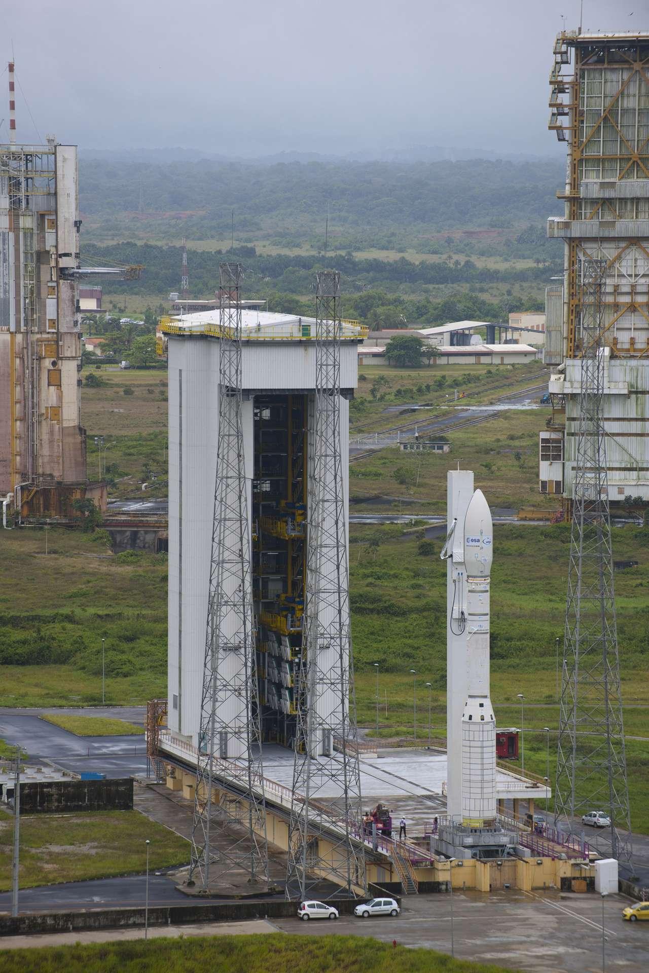 Destiné à la mise sur orbite de petits et moyens satellites, Vega, dont on voit une maquette à l'échelle sur son pas de tir, doit réaliser son vol inaugural en janvier 2012. © Esa/S. Corvaja
