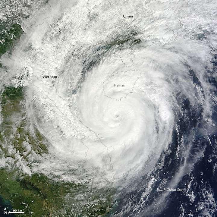 Modis, à bord du satellite Aqua, de la Nasa, a pris cette image le 10 novembre 2013. On observe le supertyphon Haiyan approcher des côtes vietnamiennes. Lorsqu'il a frappé les côtes philippines, il était au maximum de sa puissance et a ravagé le sud de l'archipel. © Nasa