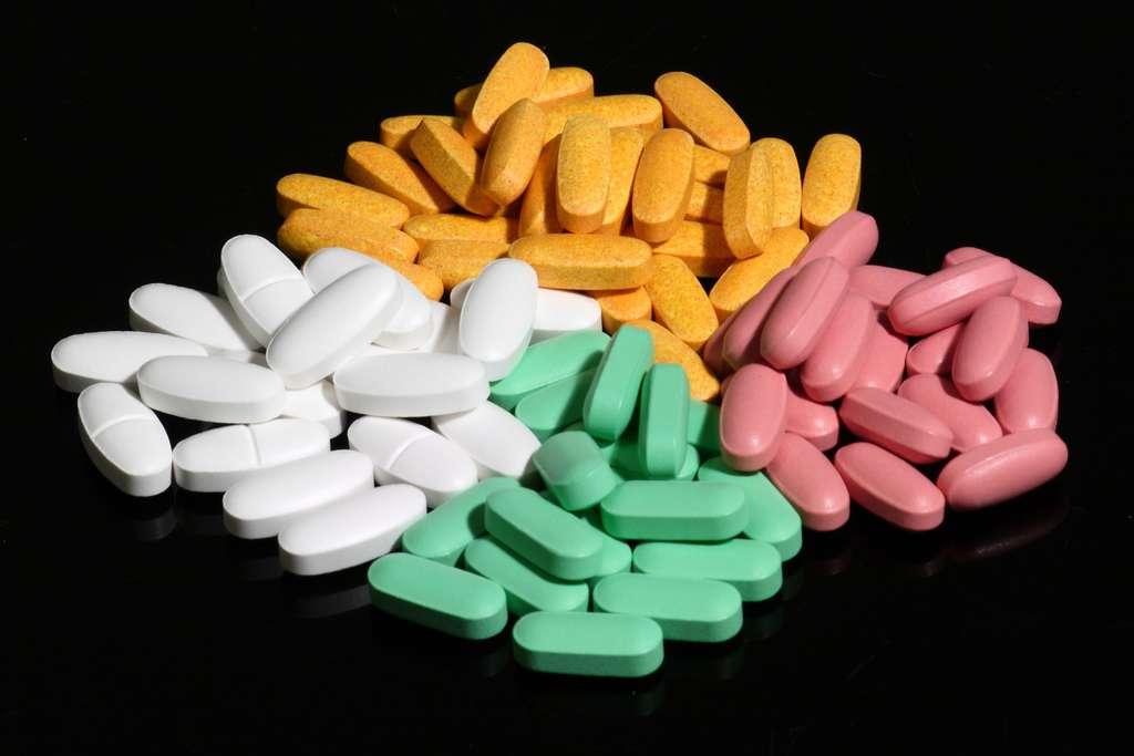 Prenez un peu de sucre, donnez-lui une forme de médicament, ajoutez un colorant et vous obtenez un médicament placébo. Cependant, malgré l'absence de principe actif, il peut se révéler efficace grâce à l'effet placébo. Attention, l'inverse peut également se produire : c'est l'effet nocébo, par lequel un produit inactif génère des effets délétères. © ragesoss, Flickr, cc by sa 2.0