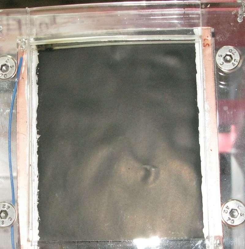 Le prototype d'un haut-parleur d'un nouveau genre, constitué d'une feuille souple incluant des nanotubes de carbone. Répondant à une variation de tension électrique par une dilatation et une rétractation, ils font ainsi vibrer la surface. © Nikkei Electronics