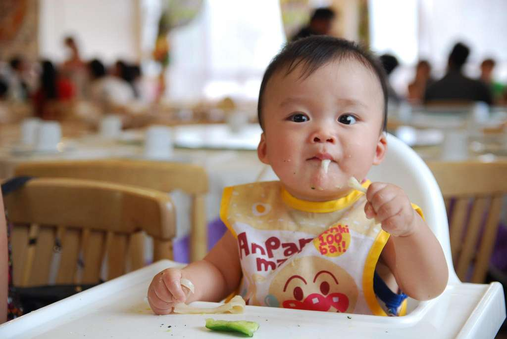Le sevrage se fait petit à petit, en passant d'abord par la diversification. Tout en continuant l'allaitement, on peut proposer des aliments, comme des légumes. © avlxyz, Flickr CC by nc sa 2.0