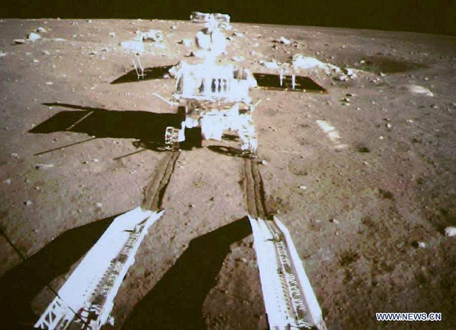 L'une des premières vues du rover chinois Yutu (lapin de jade) s'aventurant sur le sol lunaire. La mission Chang'e 3 devrait être suivie de deux autres d'ici à la fin de la décennie. © CNSA
