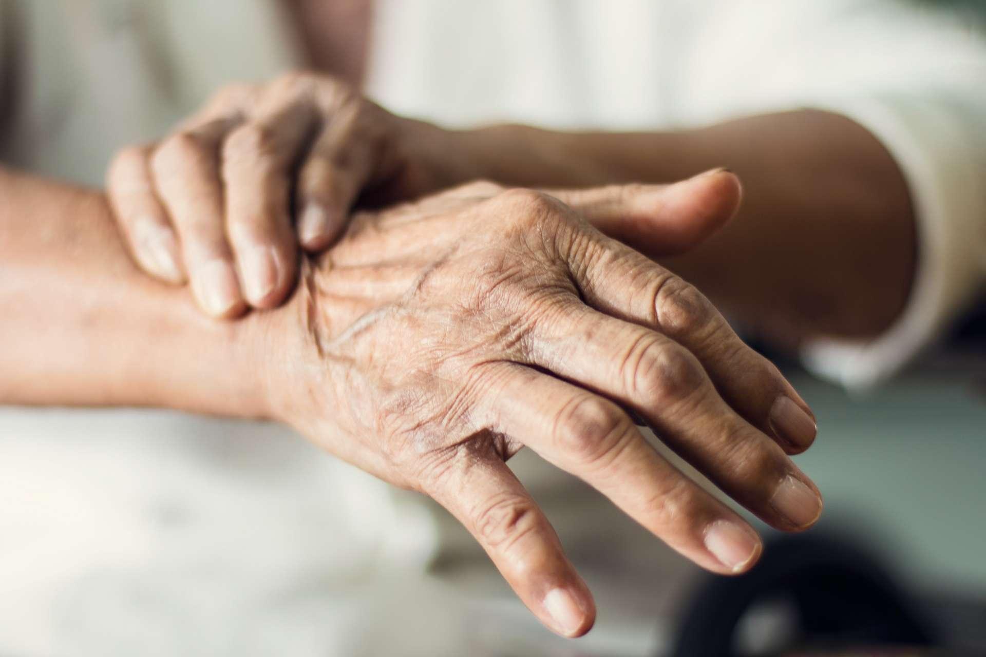 La maladie de Parkinson est une maladie neurodégénérative, dont les premiers symptômes peuvent apparaître dès 45 ans – mais en moyenne à 58 ans –, et pour laquelle il n'existe aucun traitement définitif, bien que certains puissent atténuer voire éliminer des symptômes. © Ipopba, Adobe Stock