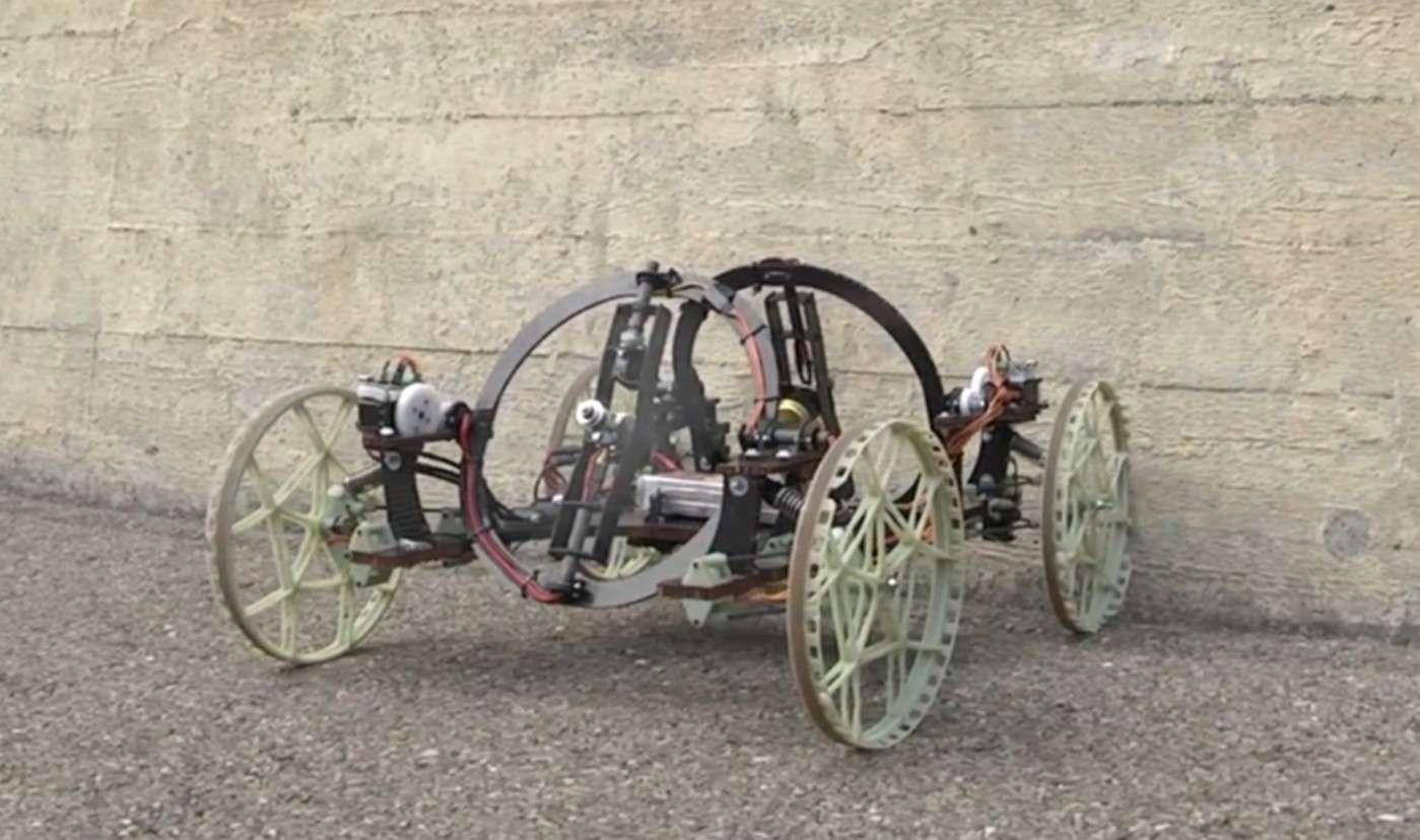 Le robot VertiGo créé par Disney Research et l'ETH Zurich est propulsé par deux hélices orientables qui produisent une poussée suffisante pour lui permettre de rester plaqué contre un mur. © Disney Research, ETH Zurich
