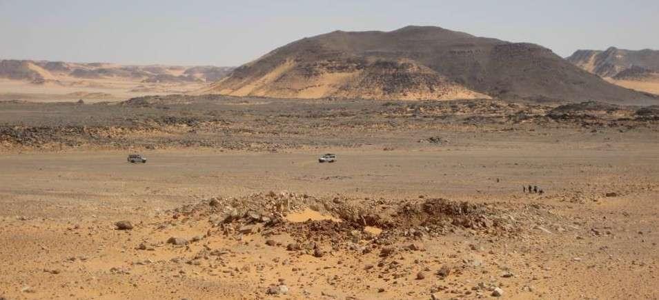 Plusieurs impacts de météorite ont déjà été trouvés en Égypte, comme le cratère Kamil, au centre de l'image. Il présente des rayons clairs sur son pourtour. Ce sont les restes de la projection des matériaux au moment de l'impact survenu voilà 2.000 ans. © L. Folco