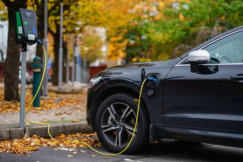 La croissance à deux chiffres des ventes de voitures électriques et hybrides rechargeables se poursuit à rythme soutenu. © nrqemi / IStock.com