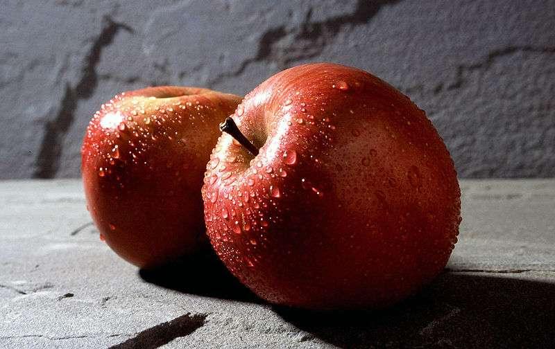 Les variétés de pommes sont très nombreuses (ici, deux pommes Fuji). © DR