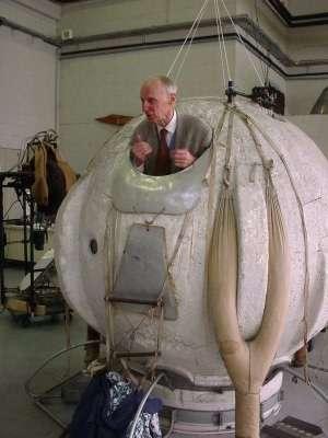 Audouin Dollfus, pour le photographe, s'installe dans la capsule qui l'a, un jour de 1959, amené dans la stratosphère, armé d'un télescope pour étudier le spectre de la lumière de Vénus sans être trop gêné par l'humidité de l'atmosphère terrestre. Photo museeairespace.fr © P-F. Mouriaux - Tous droits réservés
