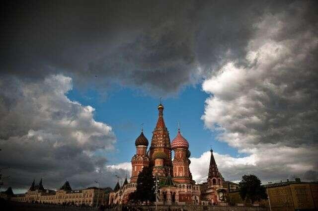 Des nuages amoncelés au-dessus de la cathédrale Saint-Basile de Moscou. © Dmitry Kostyukov, AFP Photo