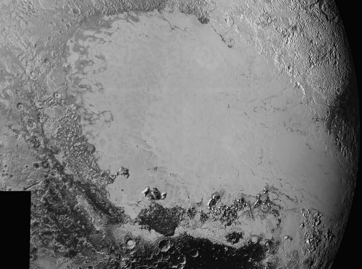 Mosaïque d'images en haute résolution de la surface de Pluton. On reconnaît, en clair, une partie de la région Tombaugh, la grande plaine Spoutnik. Les paysages qui la bordent sont plus détaillés sur ces photos de New Horizons prises à quelque 80.000 km de la planète naine, lors de son survol historique. © Nasa, JHUAPL, SwRI