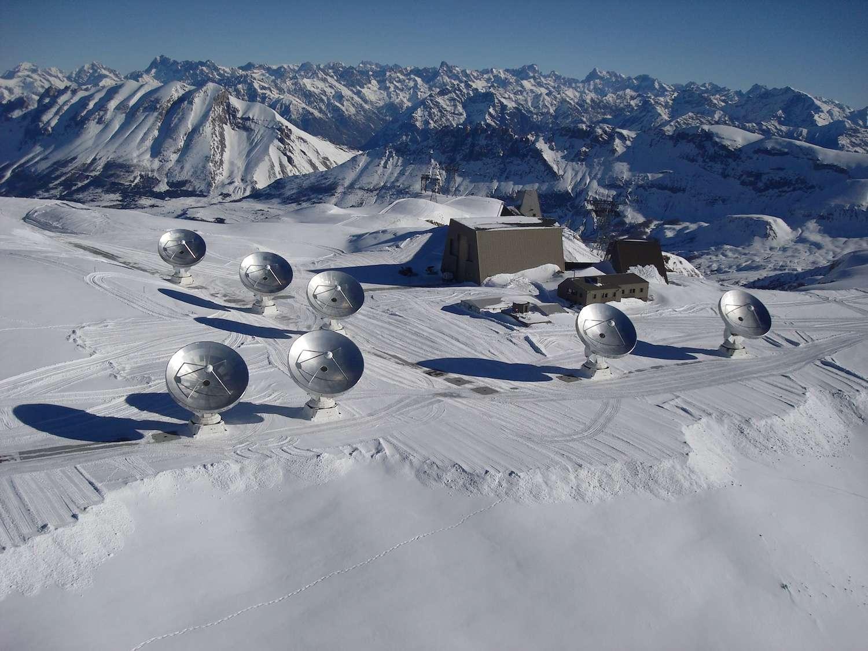 Le télescope Noema déployé sur le Plateau de Bure, dans les Hautes-Alpes, est actuellement composé de sept antennes de 15 mètres de diamètre. Cinq autres viendront compléter l'installation qui est d'ores et déjà l'interféromètre le plus puissant de l'hémisphère nord. © André Rambaud, Iram